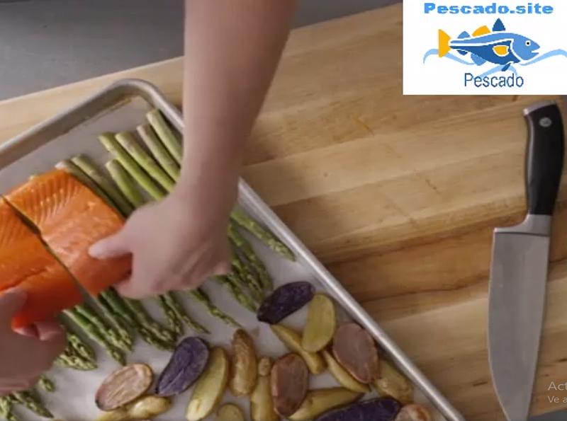 salmón al horno con verduras en salsa