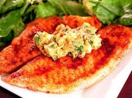 pescado a la mantequilla al horno con cilantro y limón