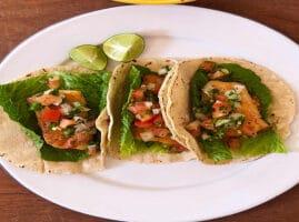 Tacos-crujientes-de-filete-de-pescado-con-pico-de-gallo