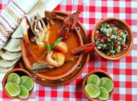 Sopa de mariscos y pescado de Veracruz y epazote