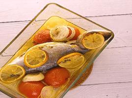 Como-hacer-lubina-al-horno-con-patatascebolla-y-albahaca