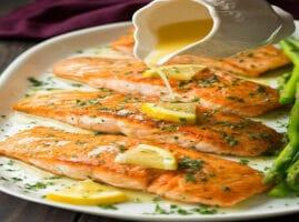 filete-de-pescado-de-salmon-con-salsa-de-mantequilla-blanca