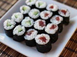 rollos japoneses de arroz y pescado crudo